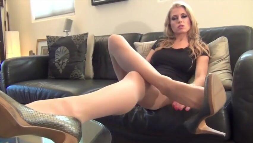 Девушка показывает свои красивые ножки порно фото