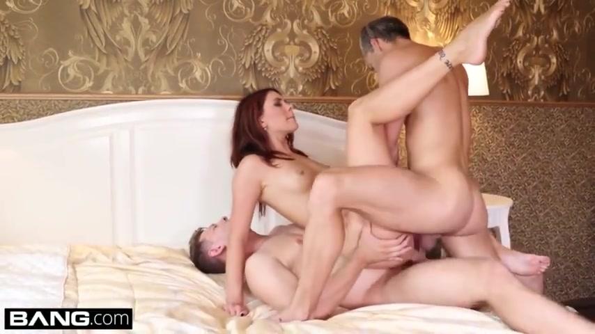 Жарит сексапильную женушку в гостиной
